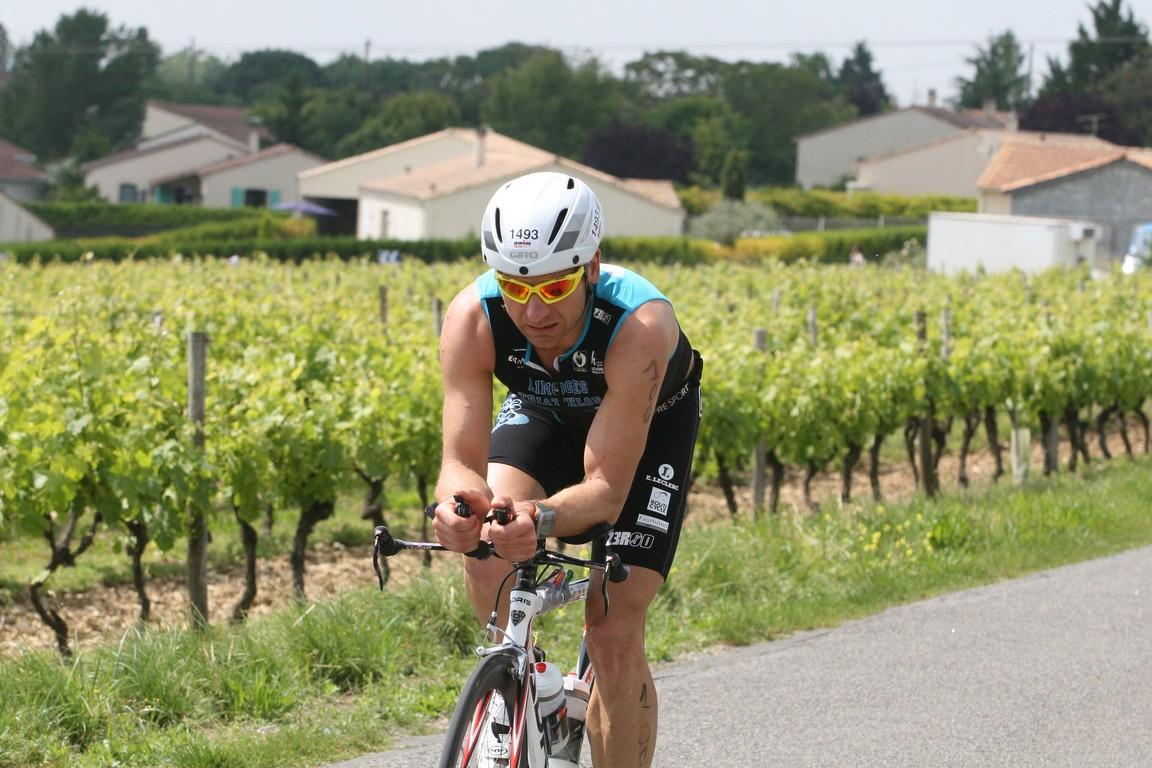 Les vignes sont bien mises en valeur par le cycliste au premier plant