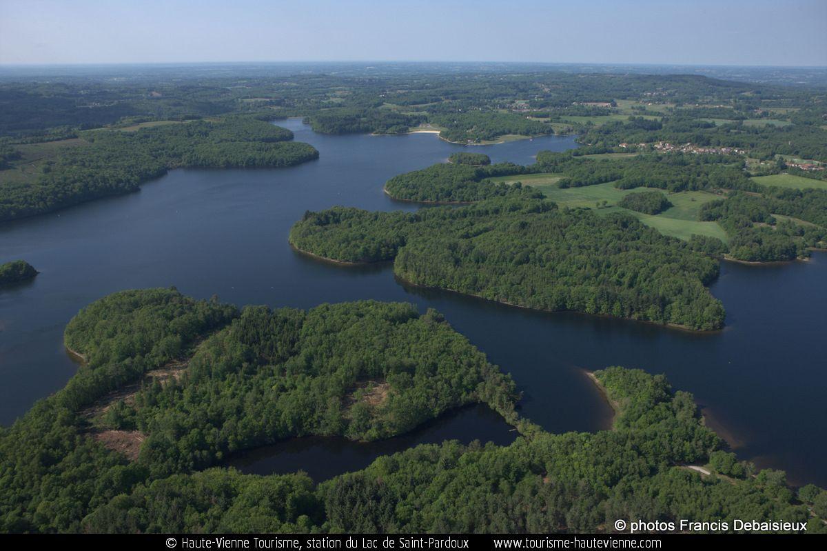 Le lac de St Pardoux vu du ciel (copyright Francis Debaisieux)
